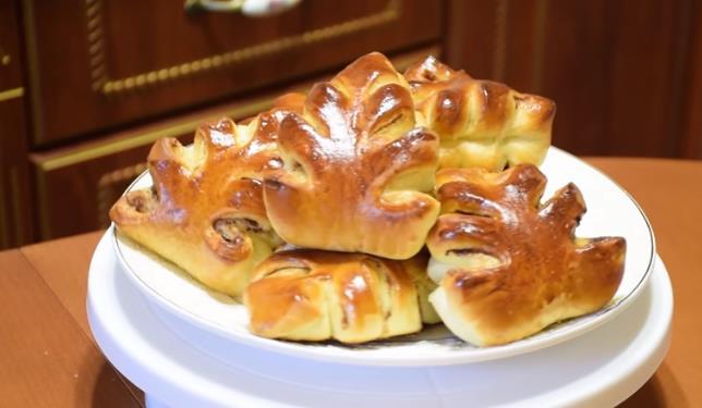 Вкусные дрожжевые пирожки с яблоками в духовке (бабушкин рецепт)