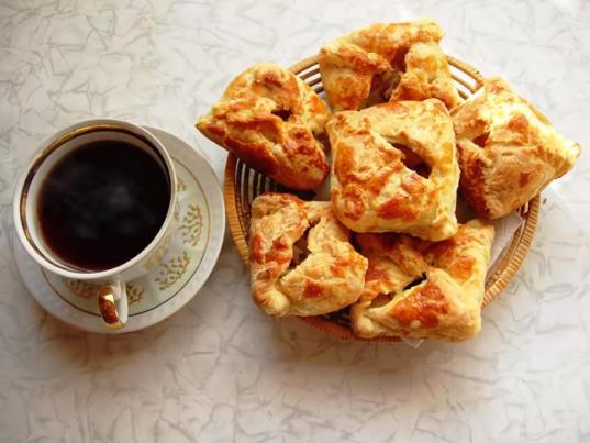 Как испечь пирожки с яблоками в духовке из слоеного дрожжевого теста