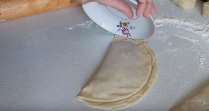 Лишнее тесто удалить тарелкой
