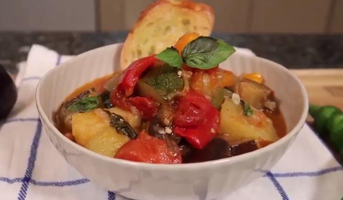 Простой рецепт овощного рагу из кабачков и баклажанов с морковью и перцем