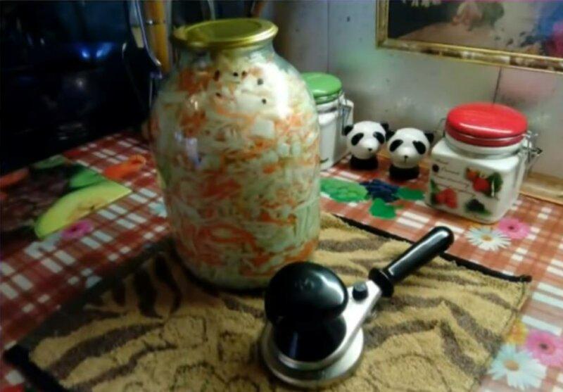 Рецепт маринованной капусты на зиму в банках под железные крышки