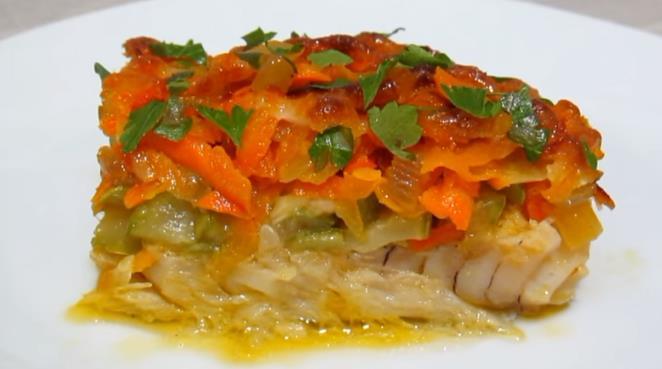 Рецепт самой вкусной трески в духовке с луком и морковью