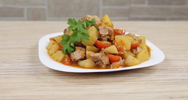 Тушеная картошка с мясом в мультиварке — простой и вкусный рецепт