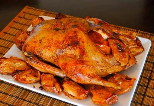 Безумно вкусная запеченная утка в духовке с черносливом и яблоками в рукаве