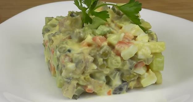 Безумно вкусный салат Оливье для праздничного стола на Новый год 2020