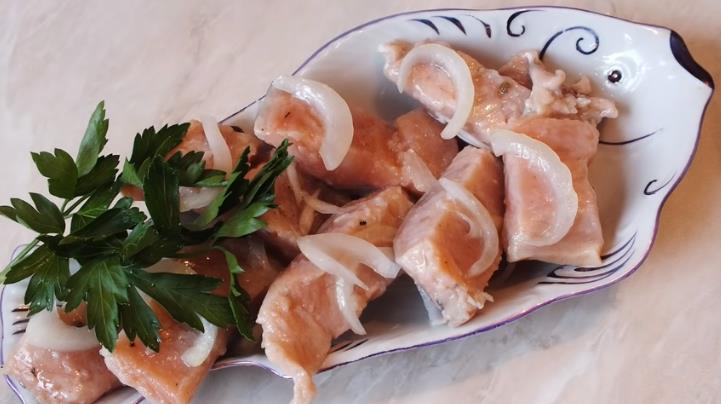 Быстрый и эффективный способ посолить горбушу под семгу кусочками с маслом