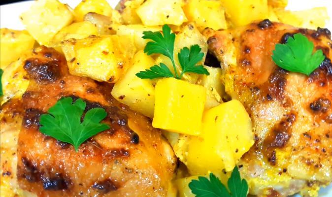 Запеченные куриные бедрышки в духовке в рукаве с картошкой