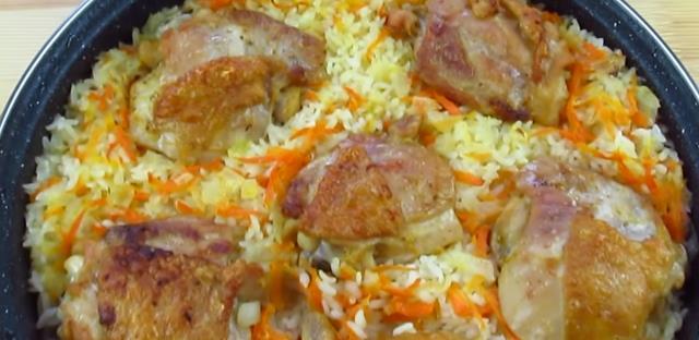 Как вкусно запечь в духовке куриные бедрышки с рисом и чесноком