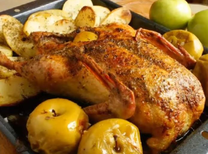 Как запечь гуся в духовке с яблоками целиком, чтобы мясо было мягким и сочным, а корочка хрустящей