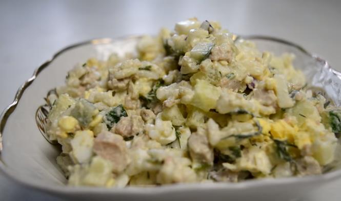 Классический рецепт недорогого салата из печени трески с яйцом и зеленым луком