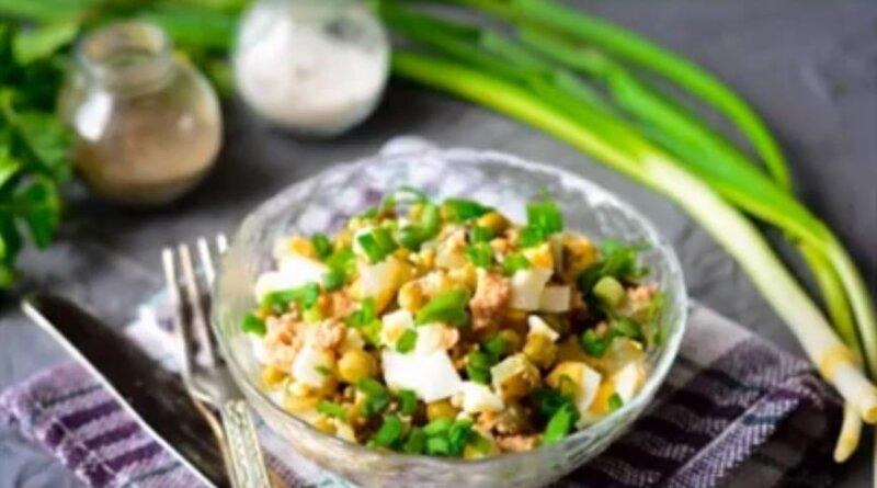 Очень вкусный и простой салат из печени трески с зеленым горошком