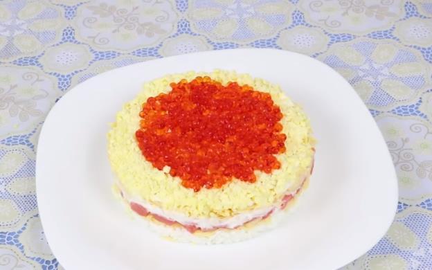 Очень вкусный слабосоленый салат Царский с семгой и красной икрой с подробными описаниями