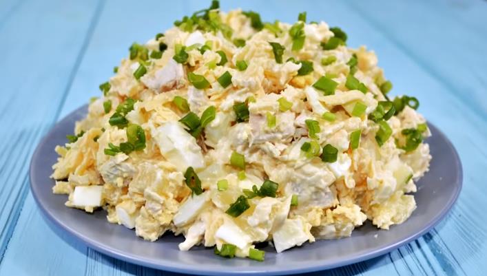 Очень простой и вкусный салат на Новый год с ананасами и курицей