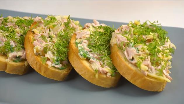 Праздничные бутерброды к новогоднему столу с колбасой — просто пальчики оближешь