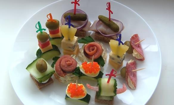 Простой и вкусный рецепт бутербродов для новогоднего фуршета на шпажках