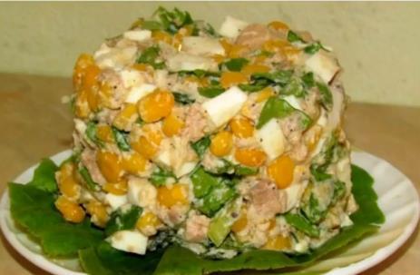 Простой рецепт салата с печенью трески, рисом, яйцами и свежими огурцами