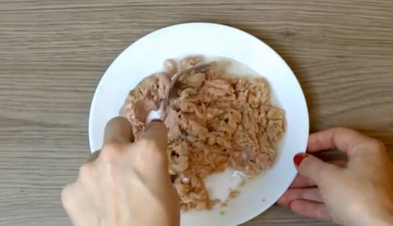 Размять печень трески