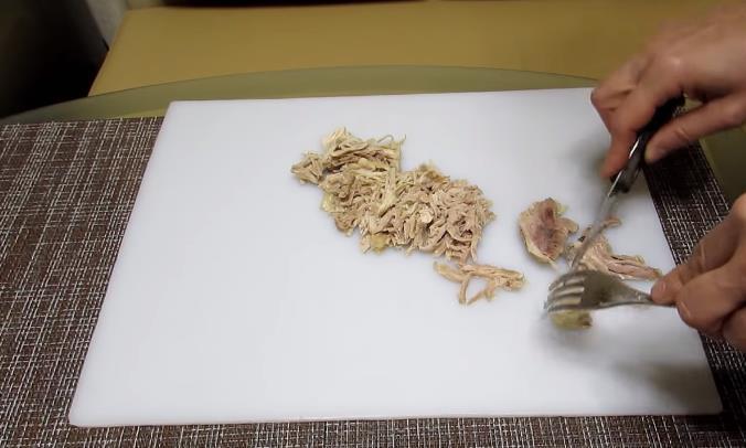 Разобрать мясо на волокна