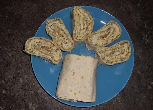 Рулет из лаваша с консервированной рыбой и плавленным сыром