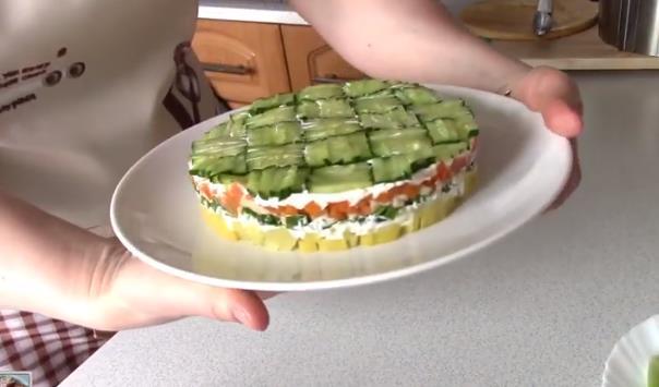 Салат слоеный с консервированной печенью трески и картофелем