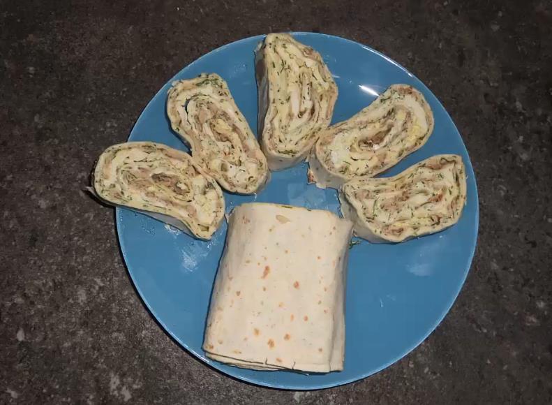 Начинка для лаваша из консервов рыбных, сыра и яиц