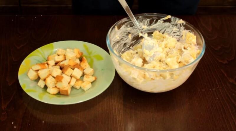Очень вкусный салат из курицы и ананасов с сухариками