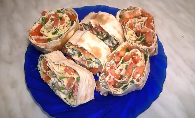 Праздничный рулет из лаваша с помидорами, сыром и чесноком