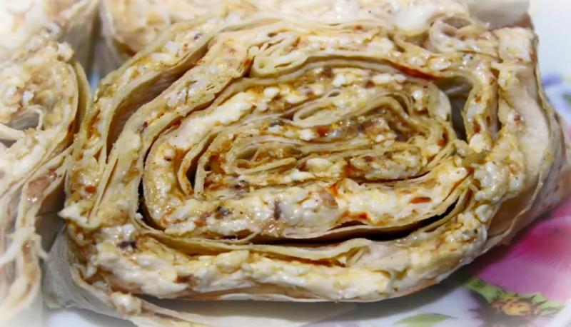 Рулет из лаваша со шпротами и плавленым сыром и яйцом