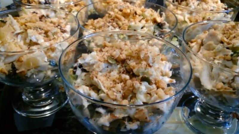 Вкусный салат с курицей, ананасами и черносливом