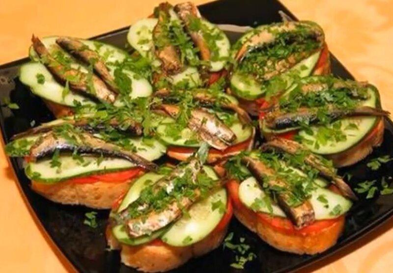 Бутерброды со шпротами и соленым огурцом на жареном хлебе