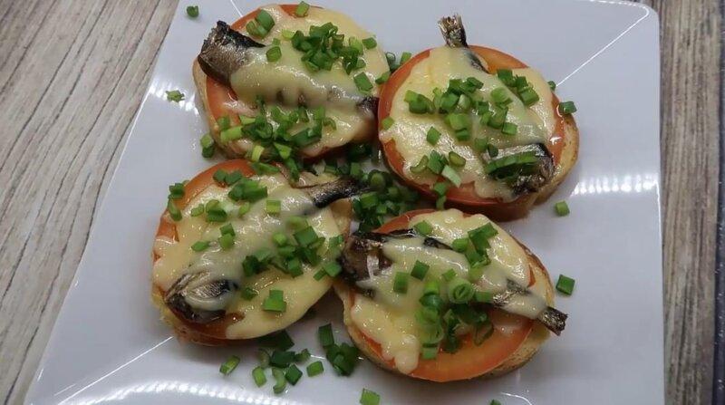 Горячие бутерброды со шпротами в духовке с помидорами и сыром