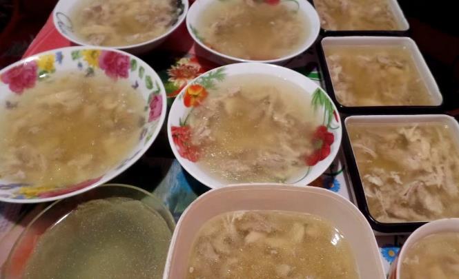 Изумительный рецепт сытного холодца из свиных ножек, рульки и курицы