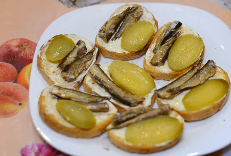 Очень вкусный рецепт бутербродов со шпротами и соленым огурцом для праздничного стола