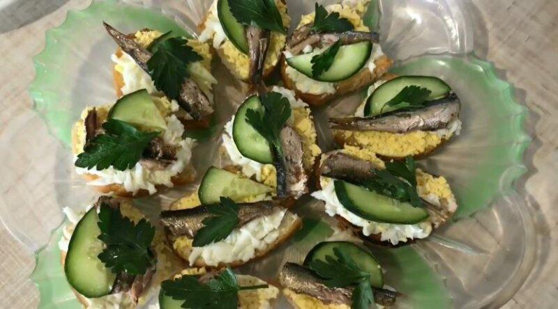 Праздничные бутерброды со шпротами, яйцом и чесноком