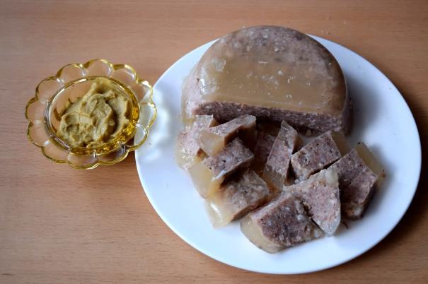 Рецепт нежного холодца из говядины и свиных ножек по простому рецепту