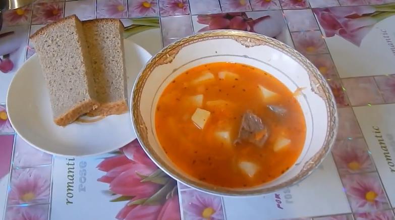 Суп из говядины с консервированной фасолью в томатном соусе