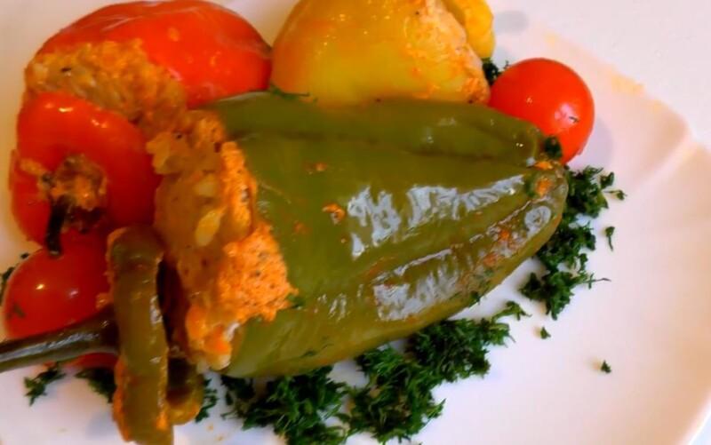 Фаршированные перцы мясом и рисом запеченные в духовке под сметанным соусом