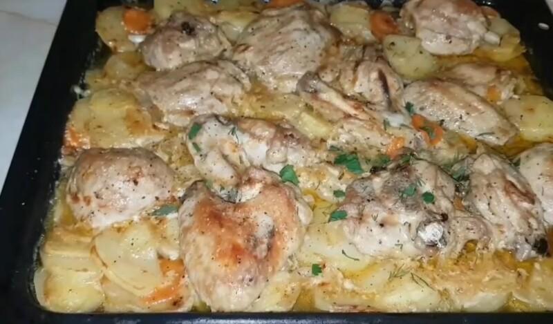Бесподобно вкусная курица с картошкой в духовке с майонезом и чесноком (фото-рецепт)