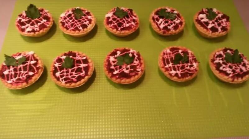 Ещё один оригинальный вариант новогодней селедки под шубой в тарталетках