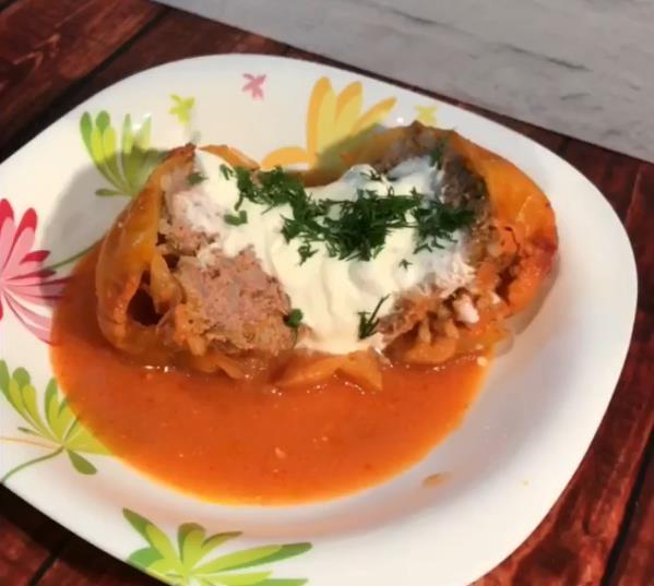 Перец, фаршированный мясом (фаршем) и рисом в духовке в томатно-сметанном соусе