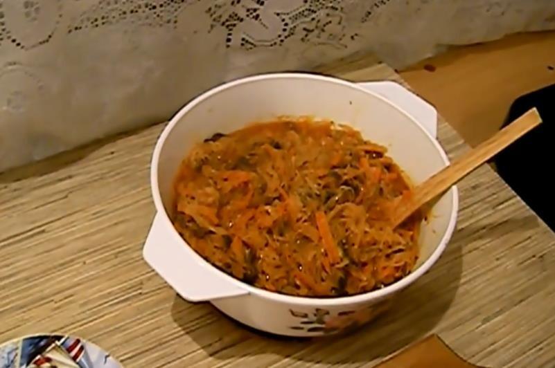 Изумительно вкусная тушёная капуста с шампиньонами на сковороде по простому рецепту