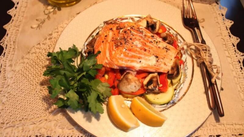 Красная рыба форель, запеченная в духовке в фольге с овощами — вкусное и полезное блюдо