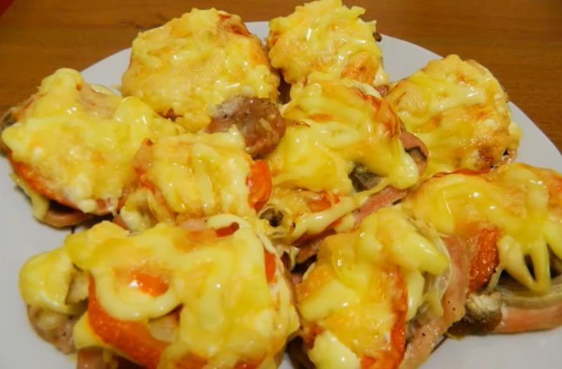 Рецепт сочных и мягких отбивных из свинины с грибами и помидорами под сыром в духовке