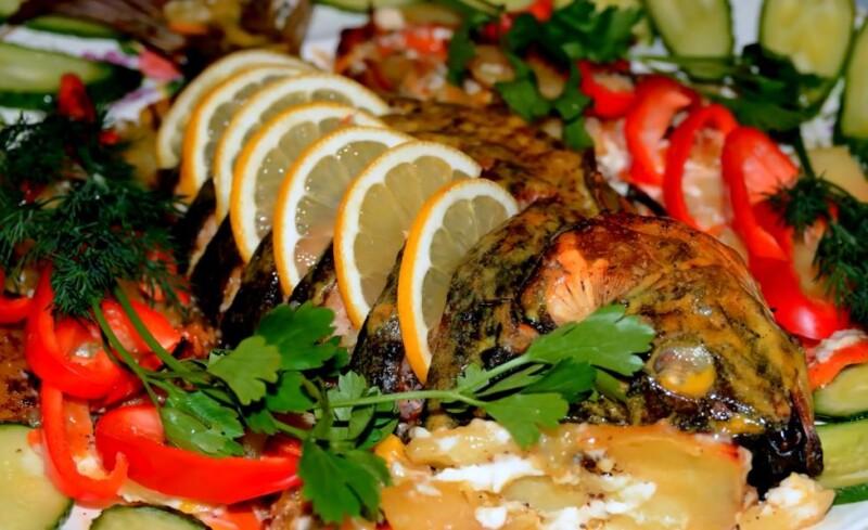 Рыба фаршированная овощами, запеченная в духовке целиком