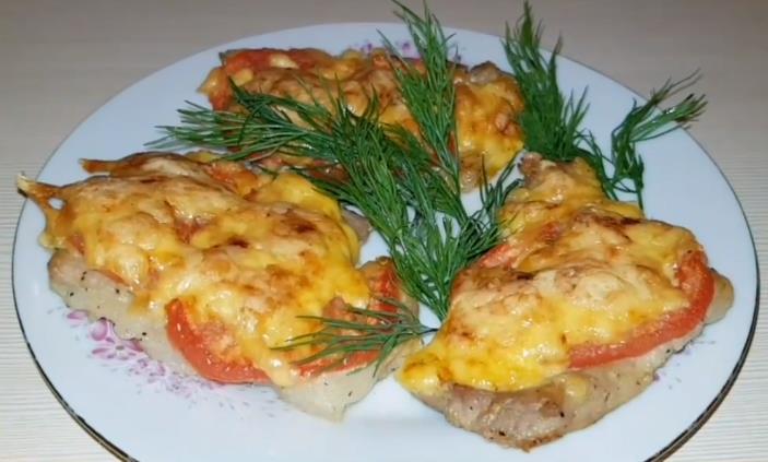 Сочные отбивные из свинины в духовке с помидорами и сыром — получаются вкусными и мягкими