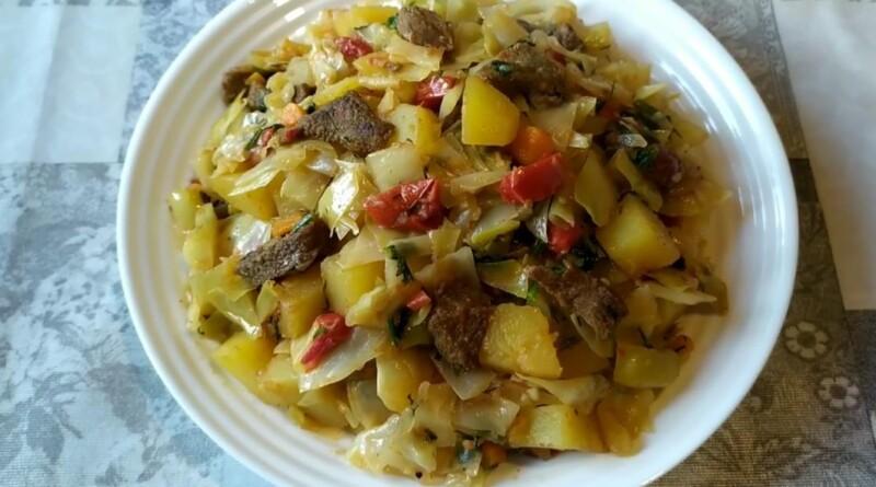 Тушёная капуста на сковороде с картошкой и мясом (получается очень вкусной)