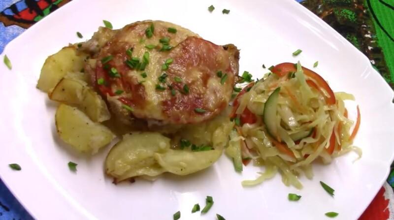 Вкусные свиные отбивные в духовке с картошкой, помидорами и сыром в духовке