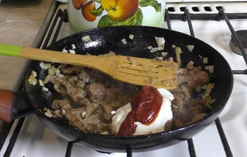 добавить сметану и томат