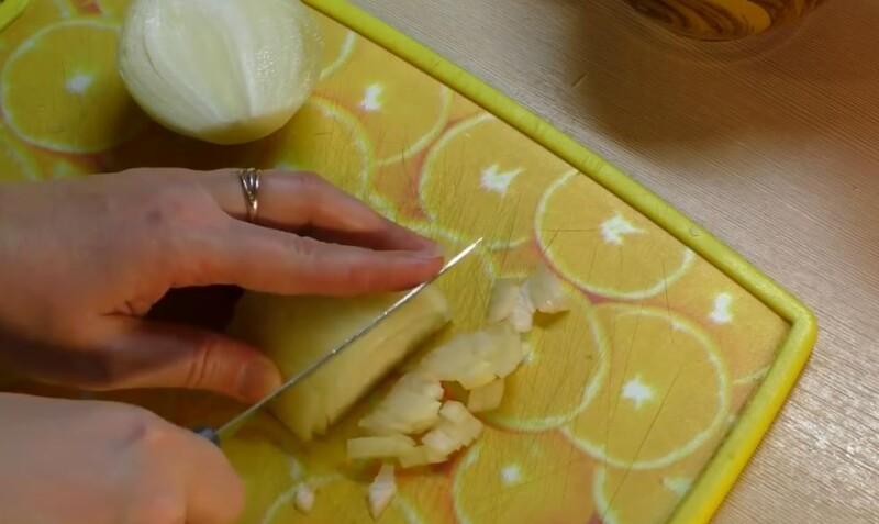 порезать лук кубиками