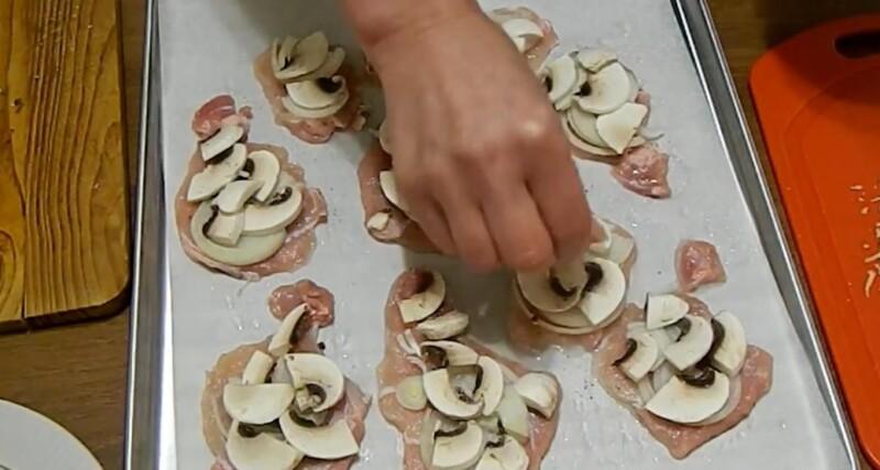 следующим слоем выкладываем грибы
